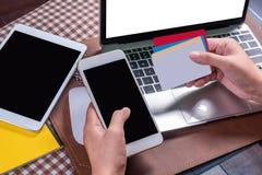 Carta e Smart Phone di Cradit immagini stock