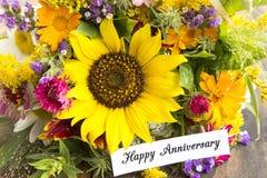 Carta felice di anniversario con il mazzo dei fiori di estate Fotografia Stock Libera da Diritti