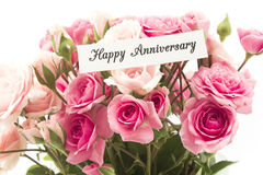 Carta felice di anniversario con il mazzo delle rose rosa Fotografia Stock