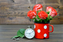 Carta felice di anniversario con le rose rosse e l'orologio da tasca Fotografia Stock Libera da Diritti