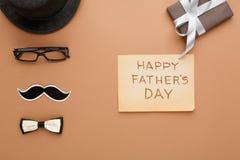 Carta felice di giorno di padri su fondo beige Immagini Stock