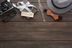 Carta felice di giorno di padri su fondo di legno rustico immagine stock