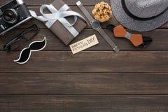 Carta felice di giorno di padri su fondo di legno rustico fotografie stock libere da diritti