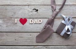 Carta felice di giorno di padri su fondo di legno rustico immagine stock libera da diritti