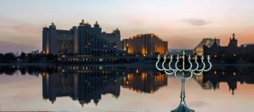 Carta festiva variopinta con la città di Eilat e di menorah su priorità alta Fotografie Stock