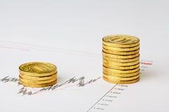 Carta financeira e moedas douradas. Troca bem sucedida. Foto de Stock Royalty Free