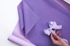 Carta floreale che imballa con un arco decorativo per prendere le disposizioni dei fiori fotografia stock libera da diritti