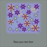 Carta floreale sveglia su un fondo porpora con spazio Fotografia Stock