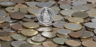 Carta franca suiza en el fondo de muchas monedas viejas Fotos de archivo