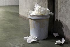Carta igienica residua, bidone della spazzatura, carta igienica dei rifiuti sporca in pieno del recipiente della pattumiera vecch fotografie stock libere da diritti