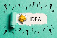 """Carta lacerata che rivela la parola """"idea """" fotografie stock libere da diritti"""