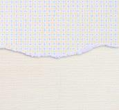 Carta lacerata con il modello funky sopra il fondo strutturato della tela Immagine Stock