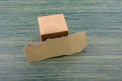 Carta lacerata e un cubo della scatola di carta fotografie stock