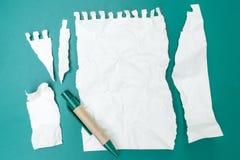Carta lacerata su fondo verde Fotografia Stock