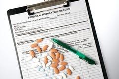 Carta médica con medicin y la pluma del prespcription Foto de archivo libre de regalías