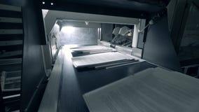 Carta in mucchi che si muovono sul trasportatore automatizzato nell'ufficio di stampa archivi video