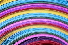Carta multicolore variopinta nella linea fondo dei modelli fotografia stock