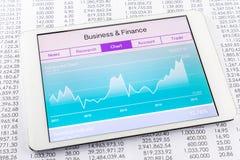 Carta o gráfico con la aplicación de datos del mercado de acción en la tableta Foto de archivo libre de regalías