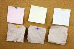 Carta per appunti allineata con nastro adesivo appiccicoso Pezzo di carta sulla bacheca bianca, ufficio ed affare stazionari, spa Fotografia Stock