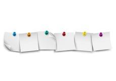 Carta per appunti bianca in bianco con il perno colorato di spinta Fotografie Stock Libere da Diritti