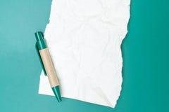 Carta per appunti in bianco sgualcita con la penna Fotografie Stock