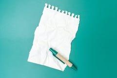 Carta per appunti in bianco sgualcita con la penna Fotografie Stock Libere da Diritti