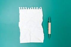 Carta per appunti in bianco sgualcita con la penna Fotografia Stock