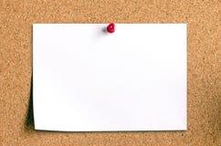 Carta per appunti in bianco sul bordo del sughero Immagine Stock
