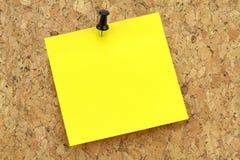 Carta per appunti gialla sul bordo del sughero Fotografia Stock Libera da Diritti