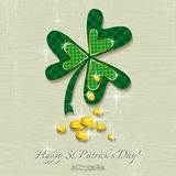Carta per il giorno della st Patricks con il trifoglio e le monete dorate Fotografie Stock