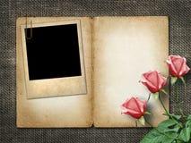 Carta per l'invito o la congratulazione con la rosa di rosa ed il vecchio pho immagini stock