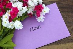 Carta per la mamma con alcuni fiori rosa e bianchi Fotografia Stock