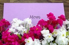 Carta per la mamma con alcuni fiori rosa e bianchi Immagine Stock