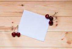 Carta per le note con le ciliege Immagini Stock Libere da Diritti