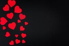 Carta rossa del cuore tagliata su fondo nero Fotografia Stock