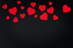 Carta rossa del cuore tagliata su fondo nero Fotografie Stock