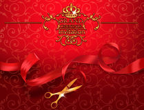 Carta rossa dell'invito di grande apertura con le forbici e nastro rosso Immagine Stock