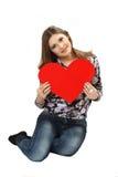 Carta rossa di San Valentino del cuore del iwith della giovane donna in mani Immagini Stock