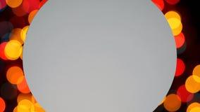 Carta rotonda bianca dello spazio in bianco sulle luci variopinte delle ghirlande illustrazione di stock