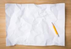 Carta sgualcita bianco con la matita Fotografia Stock