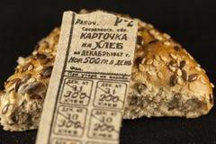 Carta su un pane di 1947, contro lo sfondo di un pezzo di pane Immagini Stock Libere da Diritti