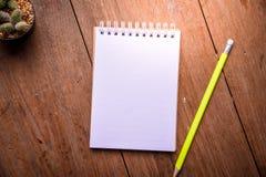 Carta succulente del taccuino e della matita in vaso sullo sfondo naturale di natura morta di legno della tavola, piante del cact Fotografie Stock