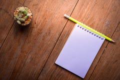 Carta succulente del taccuino e della matita in vaso sullo sfondo naturale di natura morta di legno della tavola, piante del cact Immagine Stock Libera da Diritti