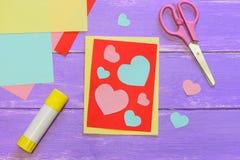 Carta sveglia di giorno di biglietti di S. Valentino fatta da carta colorata Scissirs, bastone della colla, carta colorata rivest Fotografia Stock