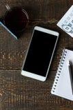 Carta, telefono, taccuino e calendario di pagamento sui bordi di legno Fotografia Stock