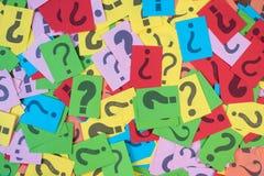 Carta variopinta con il punto interrogativo come fondo immagine stock libera da diritti