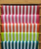 Carta variopinta del modello della banda rossa, rosa, arancio, verde e blu sullo scaffale di legno per il lavoro di DIY Fotografie Stock