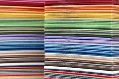 Carta variopinta impilata - campioni di colore Fotografia Stock