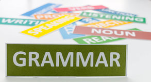 Carta verde di grammatica sulla tavola bianca Immagine Stock