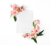 Carta vuota con alstroemeria dei fiori su fondo bianco Fotografie Stock